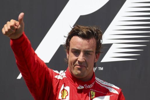 El piloto español de la escudería Ferrari de Fórmula Uno, Fernando Alonso, celebra en el podio la victoria conseguida en el Gran Premio de Europa.
