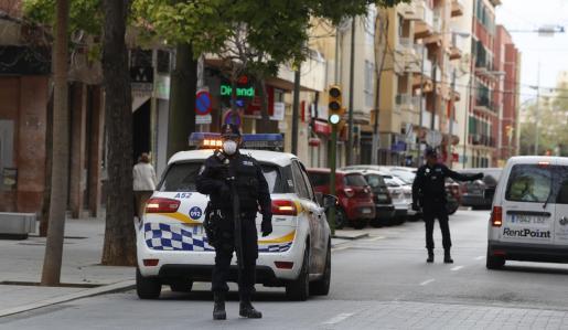 La Policía Local localizó al varón, junto a dos amigos, sentados en un banco.