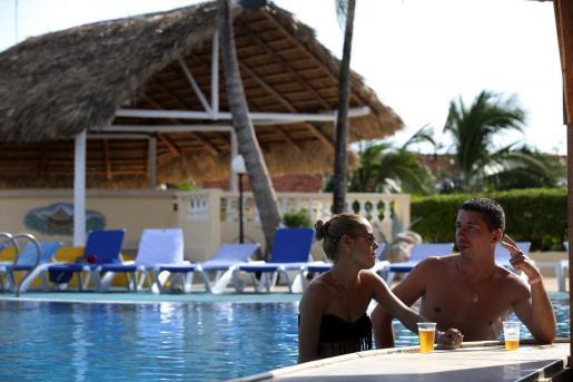 EFE - CUBA TURISMO - ECO - Turismo y tiempo libre;Turismo - ACOMPAÑA CRÓNICA: CUBA TURISMO - CUB06. SANTA LUCÍA (CUBA), 25/10/2017.- Fotografía del 18 de octubre de 2017, de una pareja que conversa en la piscina de un hotel del grupo cubano Cubanacán, en la playa de Santa Lucía, en la provincia de Camagüey (Cuba). Después del paso feroz por Cuba del huracán Irma, que azotó sus principales polos turísticos, las instalaciones hoteleras del país están ya recuperadas para el inicio de la temporada alta, el 1 de noviembre, y confiadas en mantener el vital mercado canadiense, principal emisor de turistas a la isla. Conscientes de la importancia de ese país, que aporta en torno al 25 % de los visitantes extranjeros -alrededor de un millón-, el propio ministro de Turismo, Manuel Marrero, visitó la semana pasada Toronto y Montreal para convencer a turoperadoras y agencias de viajes del buen estado de su infraestructura turística. EFE/Alejandro Ernesto Cuba se encomienda al turismo canadiense pa