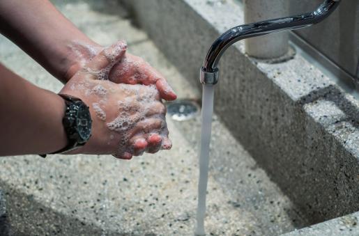 Además de las medidas específicas, las guías incluyen las recomendaciones de la distancia mínima de dos metros entre personas, el uso de la mascarilla, la limpieza de las manos y la desinfección de los centros de trabajo.