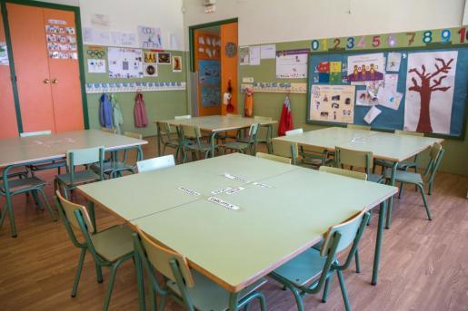 Un aula vacía debido a la pandemia del nuevo brote de coronavirus.