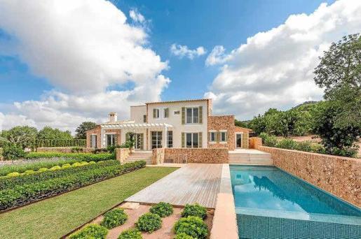 El diseño exterior aporta aires mallorquines tradicionales, el jardín se ha dispuesto al estilo huerto y la piscina es larga.