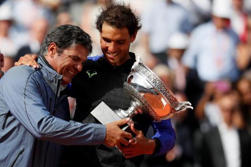 Toni y Rafael Nadal observan la Copa de los Mosqueteros tras el décimo Roland Garros conquistado por el tenista mallorquín.