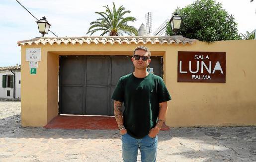 Steven Carrera ante la entrada de la 'Sala Luna-Loly Pop', un lugar histórico del ocio del Jonquet.