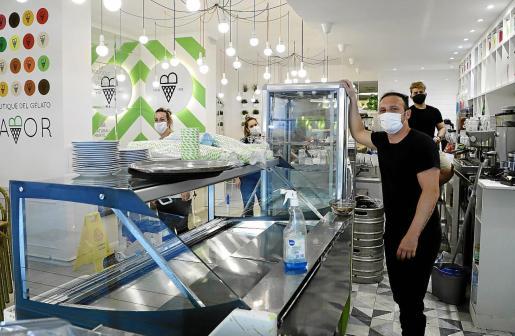 Los comercios y bares han comenzado a prepararse con la vista puesta en el lunes, aunque es muy probable que hasta el sábado no se sepa si el Gobierno autoriza que toda Baleares pase a la fase uno.