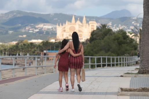 Una madre paseo con su hija.