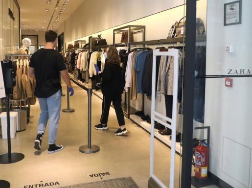 Vista de una de las tiendas de Zara que ha abierto sus puertas en Santiago de Compostela, este jueves. El grupo Inditex, propietario de marcas como Zara o Uterqüe, ha reabierto sus tiendas en España de menos de 400 metros cuadrados y con cita previa.