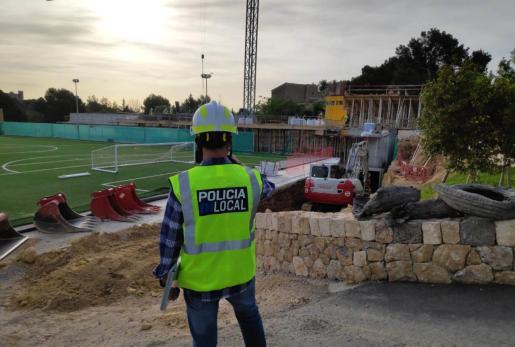 La Policía Local de Palma ha parado unas obras en unas instalaciones deportivas de un colegio.
