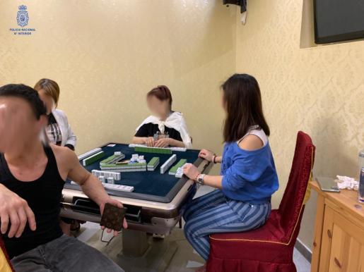 Los policías sorprendieron en el lugar a tres mujeres y un hombre, alrededor de una máquina automática de fichas del juego 'mahong'.
