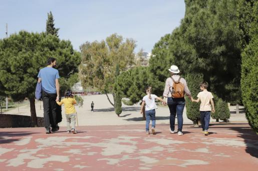 Imagen de una familia, paseando con los niños.