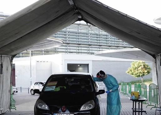 Un ciudadano se somete al test de coronavirus desde el coche.