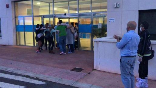 Los trabajadores se abrazan al abandonar la residencia esta mañana, tras 45 días de confinamiento.