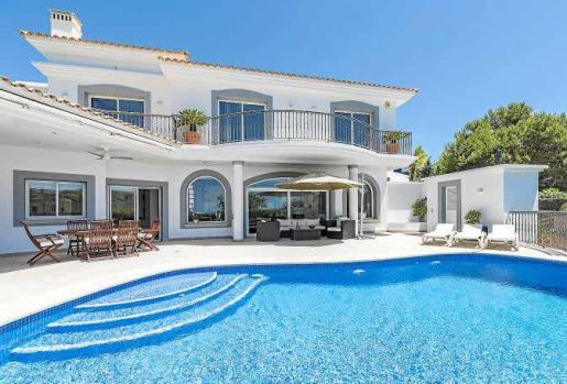 Clasicismo elegante en el diseño de esta villa que disfruta de mucha luz gracias a sus amplias ventanas y de un entorno perfecto.