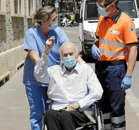 Pedro Oliver, de 94 años, salió este jueves del Hospital Joan March, donde ha estado ingresado desde el 23 de marzo .