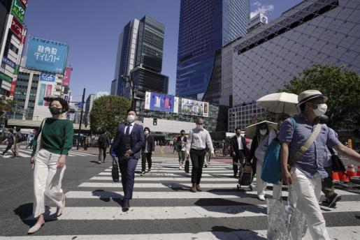 Los ciudadanos de Tokio se protegen con mascarilla.