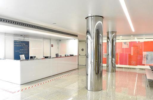 recepción de Consultas Externas de Clínica Rotger equipada con medidas de seguridad.