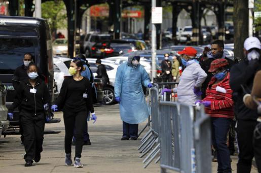 Trabajadores sanitarios atendiendo a la gente que espera para hacerse los tests.