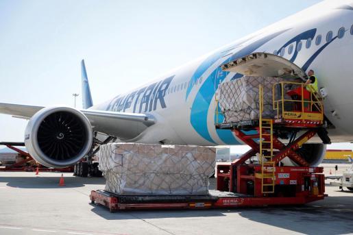 Un avión con un cargamento con dos millones de mascarillas FPP2 adquiridas en China por la Comunidad de Madrid a su llegada al aeropuerto madrileño de Barajas.