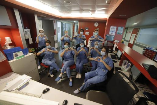 Personal de una planta de Son Espases dedicada a pacientes afectados por la COVID-19.
