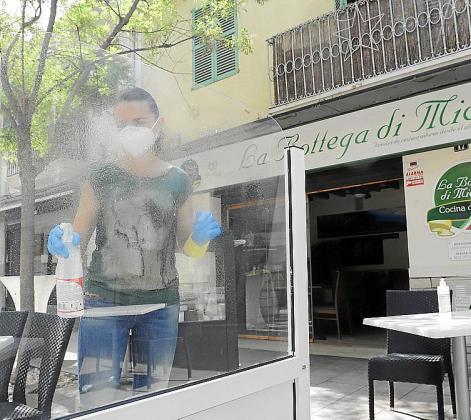 Mientras algunos empresarios se afanan en la limpieza, en otros locales cuelga ya el cartel de 'Se traspasa'.