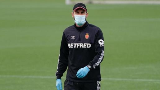 Vicente Moreno, entrenador del Real Mallorca, con una mascarilla y guantes durante el entrenamiento de su equipo en la ciudad deportiva Antonio Asensio.