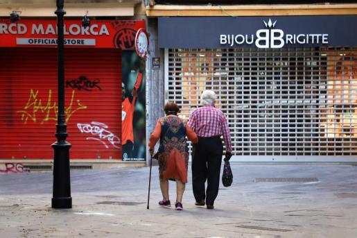 Una pareja pasea después de levantarse el confinamiento.