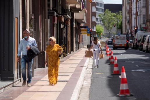 Varios peatones caminan por la calle Manuel Iradier de Vitoria en la que hoy miércoles se anula un carril para favorecer la distancia social con motivo del coronavirus.