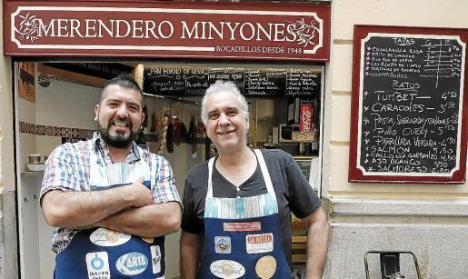 Juan Pablo Quikuen, junto a su tío, Jon Pérez, con quien se alterna en la barra del Merendero Minyones.