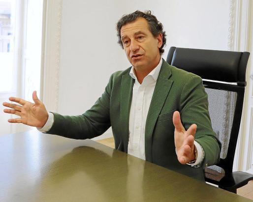Un momento de la entrevista con el presidente regional del PP, Biel Company, en la sede del partido.