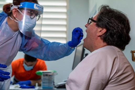 Sanitarios de Atención Primaria en el Centro de Salud de Llucmajor se someten este jueves a los test de detección del COVID-19.