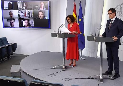 Savador Illa y María Jesús Montero, durante la rueda de prensa.