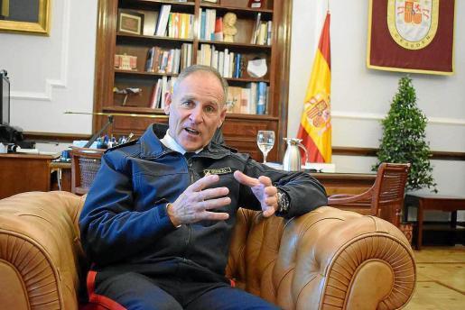 El teniente general Bisbal en su despacho del CESEDEN durante la entrevista concedida a nuestro diario.