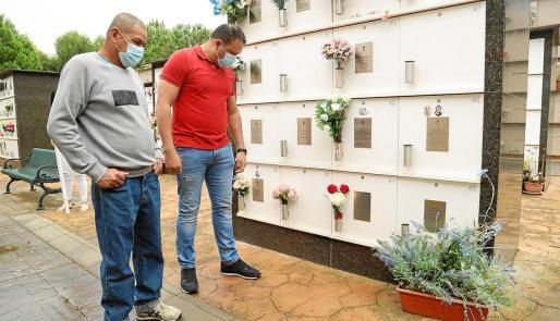 César y Sergio, padre y hermano de César Enrique, ante el columbario del cementerio donde se encuentran las cenizas .