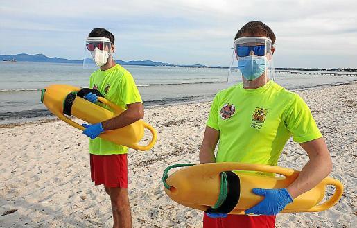 Dos socorristas de la playa de Alcúdia con sus protecciones.