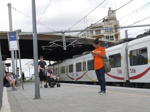 Los trenes han permanecido parados durante varios minutos por una avería eléctrica.