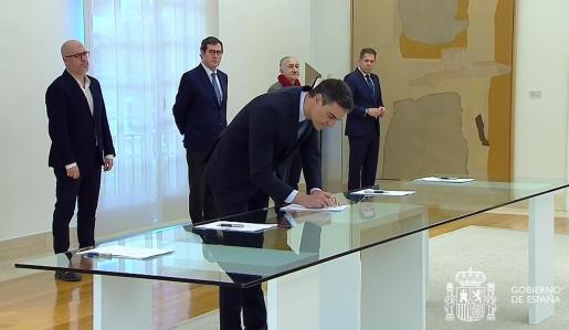 El presidente del Gobierno Pedro Sánchez durante la firma, este lunes, con los líderes de las patronales CEOE y Cepyme y de los sindicatos UGT y CCOO del pacto para prorrogar los expedientes de regulación temporal de empleo (ERTE) más allá de la vigencia del estado de alarma.