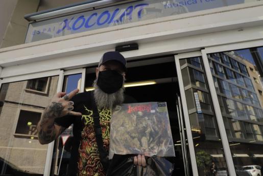 Un cliente de Xocolat, orgulloso tras su ansiada adquisición.