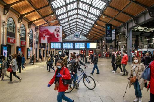 Gente en la estación de tren de Saint en París.