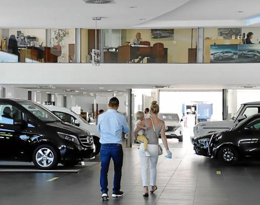 El concesionario de Mercedes-Benz de Autovidal, en Palma, empezó a recibir este lunes a los primeros clientes, tomando todas las medidas de seguridad.