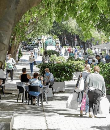La apertura de comercios y negocios del sector de la restauración provocó este lunes que las calles de Palma ofrecieran una imagen más 'normal', gracias a la entrada en vigor de la fase 1 del proceso de desescalada.