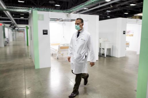 El doctor Jack Sava en el Walter E. Convention Center, para atener en Washington a pacientes con coronavirus.