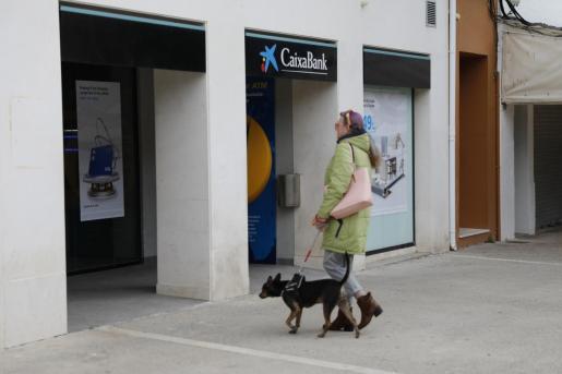 Imagen de una oficina de CaixaBank en Baleares.