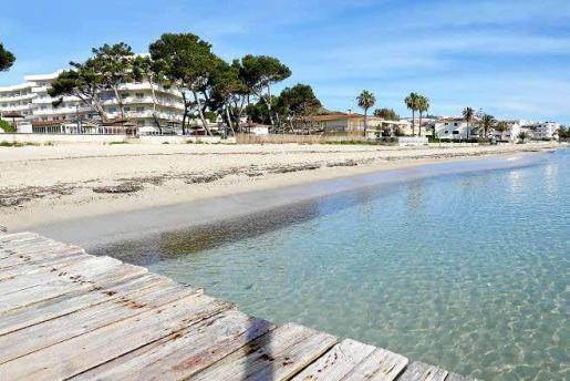 Turismo de cercanía. Consell y hoteleros trabajan para incentivar las estancias en establecimientos de Mallorca. En la imagen, Platja d'Alcúdia.
