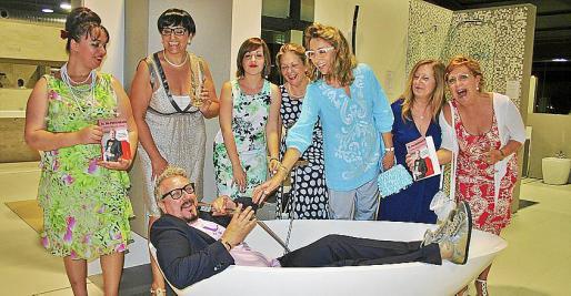 """Joana Pol, Isabel Matas, Magdalena Miralles, Isabel Alemany, Mari Nova, María Egea y María Xamena metieron al autor de """"El In-pertinente"""" en la bañera."""
