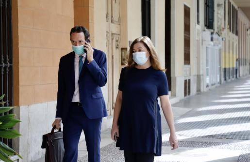 La presidenta del Govern, Francina Armengol, ha acudido este martes por primera vez al Parlament con mascarilla. También lo han hecho consellers como Marc Pons.