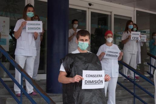 Concentración en el hospital San Jorge de Huesca del personal sanitario para pedir la dimisión de la consejera de Sanidad de Aragón, Pilar Ventura.