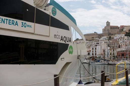 Una imagen de un ferry en el puerto de Vila.