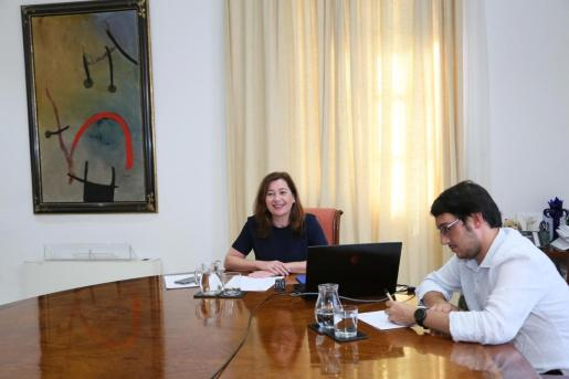 Imagen de la reunión por videoconferencia entre la presidenta del Govern, Francina Armengol, y la ministra Reyes Maroto. También ha estado presente el conseller de Turisme, Iago Negueruela.