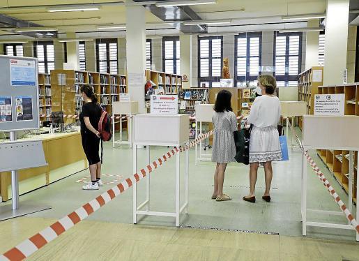 Vista de la Biblioteca Can Sales, con la separación por carriles para usuarios.