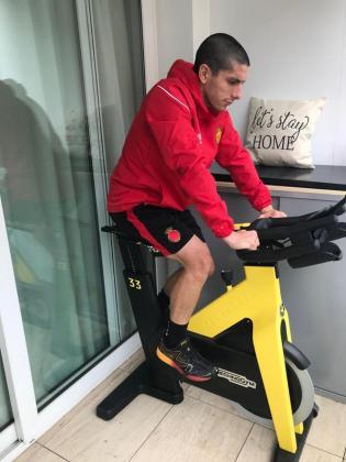 Fran Gámez, lateral del Mallorca, durante una sesión de entrenamiento en su domicilio.
